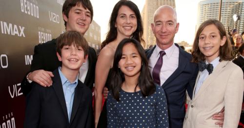 Ông chủ Amazon - Jeff Bezos cùng vợ và các con. Ảnh: AFP