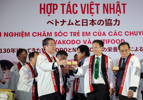Đại diện Asahi Group Foods và NutiFood trong lễ ra mắt liên doanh vào 10/1 tại TP HCM.