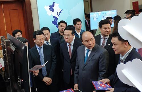 Thủ tướng Nguyễn Xuân Phúc thăm quan các gian hàng của doanh nghiệp tại hội nghị tổng kết. Ảnh: