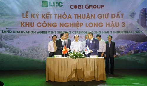 Dự án khu công nghiệp Long Hậu 3 đã tiếp nhận doanh nghiệp FDI đầu tiên là Công ty TNHH Quốc tế Cobi có 100% vốn Hàn Quốc. Địa chỉ khu công nghiệp: Ấp 3, xã Long Hậu, huyện Cần Giuộc, tỉnh Long An.Hotline: 0906938599 - 028.39375599.