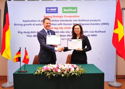 Bác sĩ Trần Thị Lệ - CEO NutiFood đại diện ký hợp tác với tập đoàn BASF khu vực Đông Nam Á.