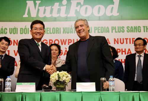 Ông Trần Thanh Hải - Chủ tịch HĐQT NutiFood ký hợp tác với đại diện công ty Delori xuất khẩu sản phẩm Pedia Plus vào Mỹ.