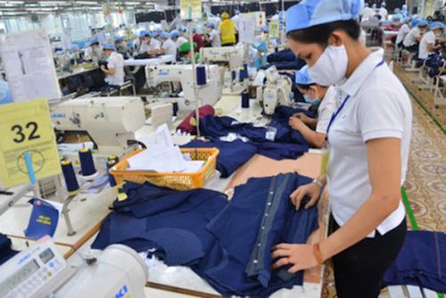 Sản xuất áo sơ mi tại một doanh nghiệp dệt may phía Bắc.