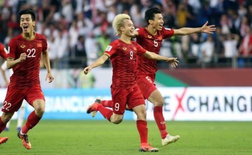 Wake-up 247 tài trợ 50 cổ động viên sang Dubai cổ vũ tuyển Việt Nam đá tứ kết