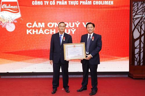 Ông Dương Văn Hùng - Chủ tịch HĐQT và ông Diệp Nam Hải - Tổng giám đốc đại diện nhận Huân chương Lao động hạng Nhất.