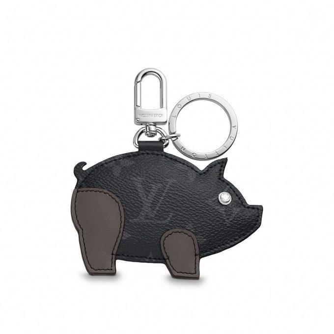 Đại gia hàng xa xỉ Pháp - Louis Vuitton sản xuất móc khóa hình lợn cho năm Kỷ Hợi với giá 435 USD. Sản phẩm sử dụng vải và da mang hoa văn Monogram Eclipse đặc trưng. Phần mắt là loại đinh tán thường sử dụng trong các vali của hãng.