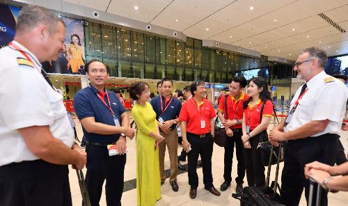 Ban lãnh đạo cũng gặp gỡ, động viên tổ bay nhằmmang đến các chuyến bay sum họp, an toàn, tốt đẹp cho hành khách.