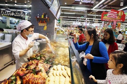 Người dân Hà Nội tấp nập sắm Tết trong siêu thị