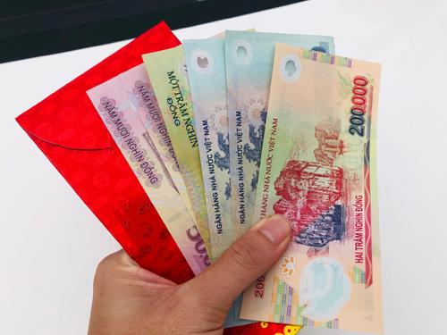 Nhân viên văn phòng khoe thu hoạch được tiền triệu lì xì từ sếptrong ngày đầu đi làm sau nghỉ Tết. Ảnh: H.Thu