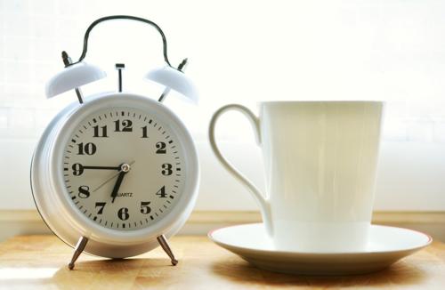 Chỉ nên đặt báo thức một lần và dậy đúng giờ. Ảnh: Pixabay