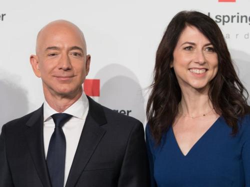 Jeff Bezos làm từ thiện nhiều nhất Mỹ
