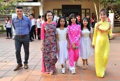 Tiếp tục chuỗi hoạt động thiện nguyện ý nghĩa đầu năm mới, chiều ngày 16/2/2019, nữ tỷ phú Nguyễn Thị Phương Thảo đã cùng các lãnh đạo, cán bộ nhân viên Vietjet Air, HDBank tới thăm, chúc Tết các mẹ, các dì tại làng trẻ S.O.S Huế, tặng quà lì xì và tổ chức nhiều hoạt động vui chơi mừng xuân mới cho các em nhỏ tại đây. Các bé gái rất vui khi được đón thần tượng tới thăm mái nhà đầy ắp tình yêu thương của mình. Bằng những cành hoa tigon, các bạn nhỏ đã tự tay kết thành vòng hoa đẹp lung linh để tặng nữ CEO Vietjet.