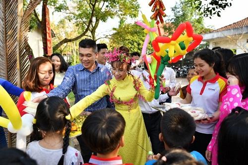 Các hoạt động thiện nguyện đã trở thành một phần không thể tách rời trong cuộc sống của các cán bộ, nhân viên tại Vietjet cũng như HDBank, nữ tỷ phú tự thân đầu tiên của Đông Nam Á chia sẻ với các mẹ, các dì và hơn 100 em nhỏ tại làng trẻ em S.O.S Huế.