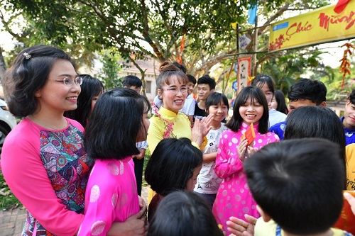 Đặc biệt trong những dịp lễ, Tết, bà Nguyễn Thị Phương Thảo thường cùng với các đồng nghiệp tại Sovico Holdings, Vietjet, HDBank tổ chức các chương trình nghệ thuật đặc sắc, các hoạt động truyền thống như gói bánh chưng, bánh tét, chơi các trò chơi dân gian& cho các hoàn cảnh thiệt thòi trên cả nước.