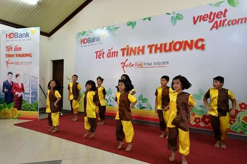 Những tiết mục văn nghệ do các bạn nhỏ của làng trẻ biểu diễn mang tới sự ngạc nhiên, thích thú cho các cô chú lãnh đạo, cán bộ, nhân viên Sovico Holdings, Vietjet, HDBank.