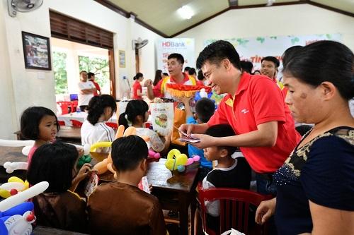 Tham gia chuyến thăm làng S.O.S Huế, Giám đốc văn phòng miền Trung Vietjet - ông Trần Hoàng Linh đã lì xì các bạn nhỏ tại làng, chúc các bạn nhỏ một năm mới nhiều niềm vui, sức khỏe, chăm ngoan, nghe lời các mẹ, các dì để trở thành những công dân có ích cho xã hội.