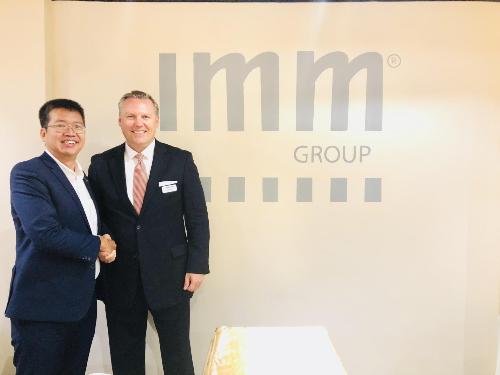 Ông Nguyễn Xuân Sinh - Giám đốc phát triển kinh doanh và quan hệ công chúng tập đoàn IMM và ông Adam Wilczewski - Giám đốc phát triển kinh doanh Lennar International thống nhất các kế hoạch hợp tác giữa hai bên để mang lại nhiều lợi ích cho nhà đầu tư Việt Nam.