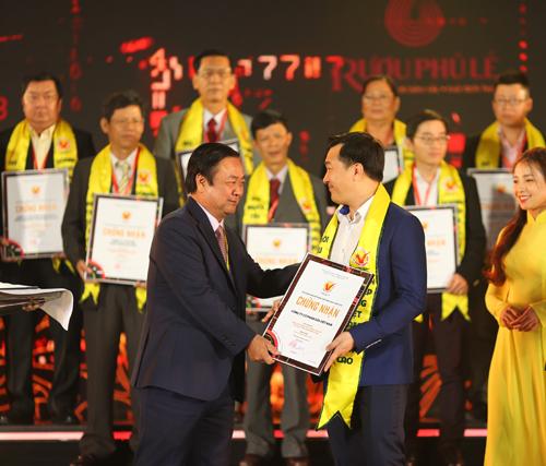 Đại diện Vinamilk nhận chứng nhận Hàng Việt Nam chất lượng cao năm 2019.