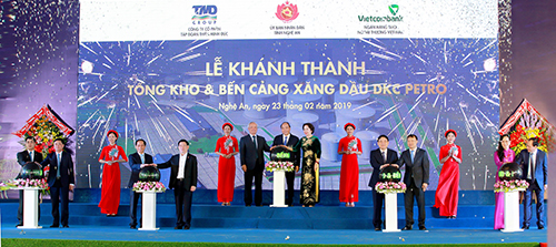 Thủ tướng Nguyễn Xuân Phúc cùng ông Nghiêm Xuân Thành - Chủ tịch Hội đồng quản trịVietcombank (ngoài cùng bên trái) vàcác đại biểu thực hiện nghi thức khánh thành Tổng kho và bến cảng xăng dầu DKC Petro.