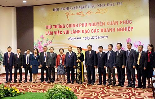 Thủ tướng Chính phủ Nguyễn Xuân Phúc chụp ảnh cùng ông Nghiêm Xuân Thành - Chủ tịch Hội đồng quản trịVietcombank (thứ 2 từ trái sang) vàlãnh đạo các doanh nghiệp tiêu biểu đầu tư vào tỉnh Nghệ An.