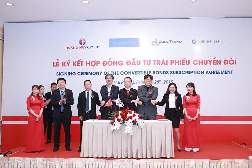Ban lãnh đạo tập đoàn và các nhà đầu tư tại lễ ký kết hợp đồng đầu tư 1.200 tỷ đồng