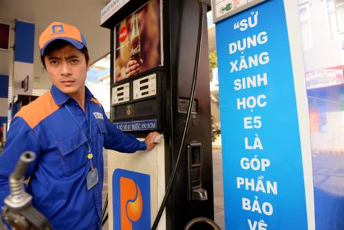 Giá xăng trên thế giới đang tăng cao. Ảnh: Hữu Khoa.