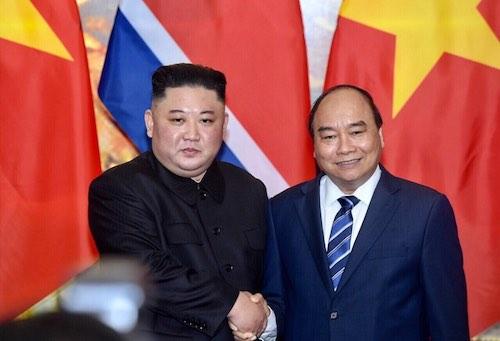 Thủ tướng Nguyễn Xuân Phúc bắt tay Chủ tịch Kim Jong-un trong buổi hội đàm ngày 1/3. Ảnh: Ngọc Thành