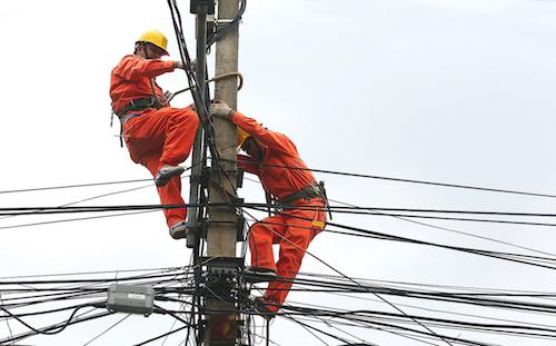 Công nhân ngành điện sửa chữa trên lướu đường dây. Ảnh: Ngọc Thành