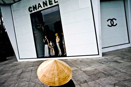 Bên ngoài một cửahàng thời trang cao cấp tại Việt Nam. Ảnh: Bloomberg