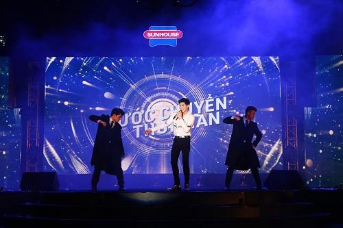 Ca sĩ Noo Phước Thịnh khuấy động sân khấu