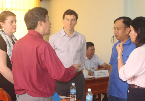 Các doanh nghiệp trao đổi cùng chuyên gia từ Seafood Watch với mong muốn đưa tôm Việt đến được thị trường Mỹ. Theo ông Josh Madeira, người Mỹ rất thích ăn tôm và nhu cầu về tôm của thị trường này ngày càng cao. Ảnh: T.S.