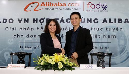 Bà Grace He - Quản lý kênh bán hàng từ Việt Nam của Alibaba ký hợp tác với ông Phạm Đạt - Tổng giám đốc Fado triển khai hỗ trợ cho doanh nghiệp Việt.