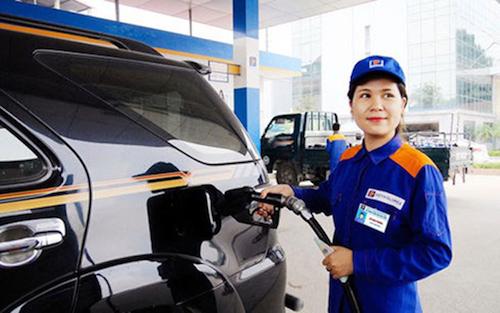 Nhân viên một trạmxăng thuộc hệ thống Petrolimexđổ xăng cho khách hàng. Ảnh: PLX