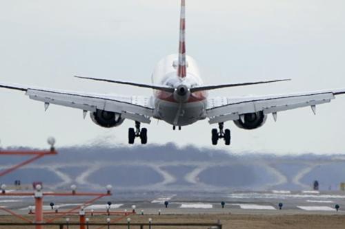 Một chiếc Boeing 737 MAX 8 của American Airlines đang hạ cánh. Ảnh: Reuters