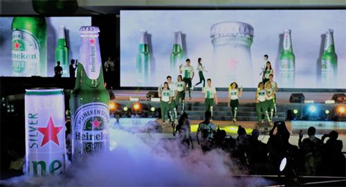 Heineken Silver ra mắt với sản phẩm lon cao và sản phẩm chai thủy tinh mang sắc xanh biểu tượng của Heineken.