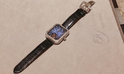 Đồng hồ cơ giống AppleWatch giá 15 tỷ đồng đến Việt Nam - Ảnh 1
