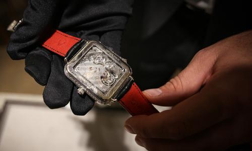 Đồng hồ cơ giống AppleWatch giá 15 tỷ đồng đến Việt Nam - Ảnh 2