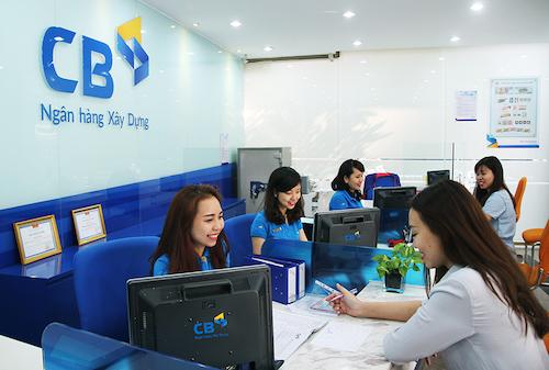 Khách hàng giao dịch tại một chi nhánh của CBBank. Ảnh: NHXD