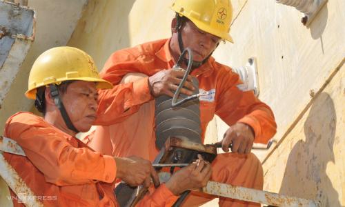 Công nhân ngành điện sửa chữa trên đường dây. Ảnh: N.M