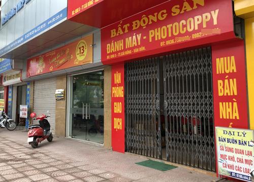 Sàn bất động sản được trưng dụng từ quán photo, điểm kinh doanh hải sản... Ảnh: Anh Tú Nỗ lực thổi giá bất thành của cò đất Vân Đồn