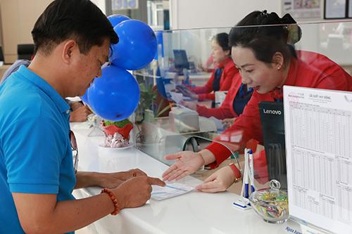 Các ngân hàng đang triển khai nhiều ưu đãi nhằm thu hút tiền gửi trung dài hạn của khách hàng.