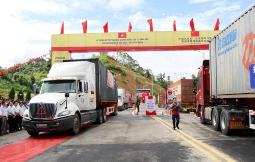 Xuất nhập khẩu hàng hóa qua đường chuyên dụng tại cửa khẩu Quốc tế Hữu Nghị (Ảnh: Đỗ Hoạt).