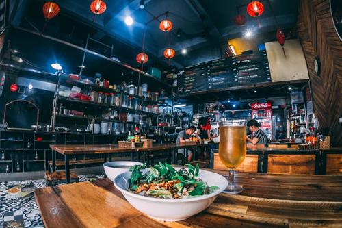 Bên trong một quán ăn trên phố Hàng Bông, Hà Nội - một trong những mô hìnhdưới dạnghộ kinh doanh phổ biến ở Việt Nam.Ảnh: Unsplash/HienNguyen