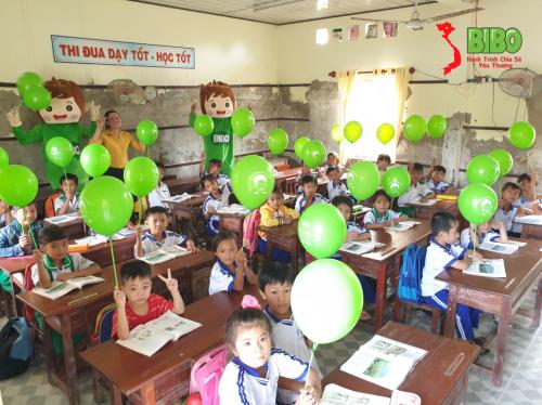Các bé được tặng bóng bay và giao lưu cùng chương trình (Cà Mau).