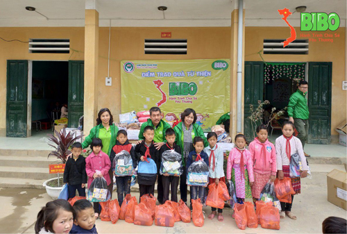 Thành viên đoàn cùng các học sinh tại Lũng Cú (Hà Giang).