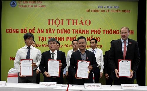 Ông Nguyễn Bá Diệp (Phó Chủ tịch Ví điện tử MoMo) ký kết triển khai thanh toán hành chính công với lãnh đạo TP. Đà Nẵng