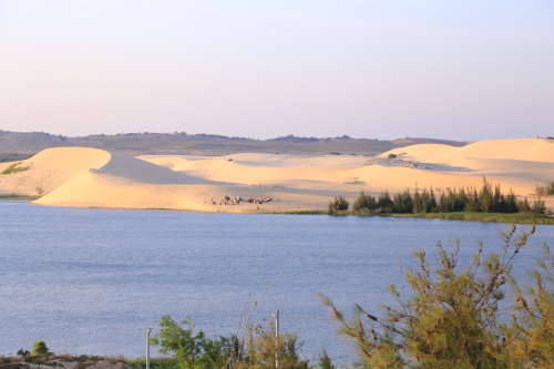 Sở hữu địa hình vừa có biển, vừa có núi và các đồi cát hoang sơ, thơ mộng, khu vực biển Hoà Thắng có tiềm năng lớn để phát triển nhiều loại hình du lịch, giải trí.