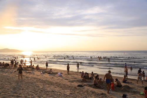 Dù không vào mùa cao điểm, bãi biển Phan Thiết vẫn thu hút đông du khách.