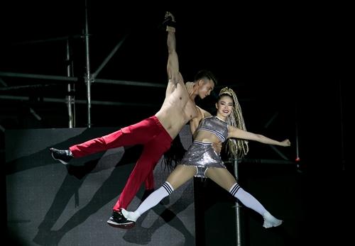 Trên sân khấu ra mắt BST thời trang của CitiGym, Minh Hằng gây ấn tượng với màn múa và làm vedette.