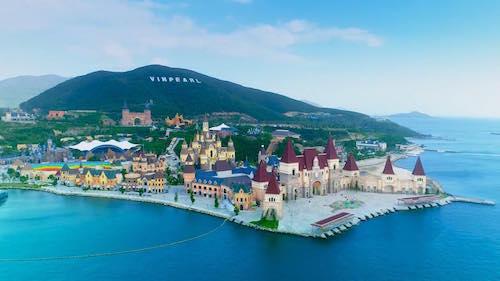 Khu vui chơi giải trí Vinpearl Land Nha Trang đón hàng triệu lượt khách vào vui chơi mỗi năm.